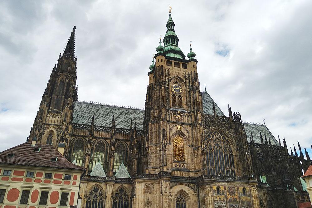 Собор Святого Вита настолько большой, что сфотографировать его целиком не получается. Билет стоит 250—350 Kč (700—980 р.) в зависимости от маршрута. Еще за 100 Kč (280 р.) можно сходить в картинную галерею