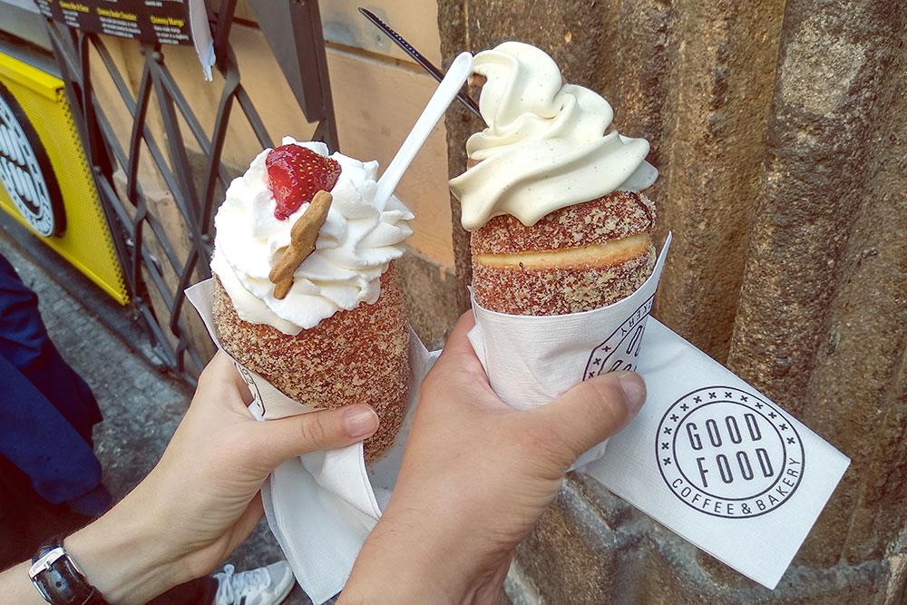 Слева трдельник с клубникой и взбитыми сливками за 130 Kč (365 р.), справа — с мороженым за 120 Kč (336 р.). Рекомендую попробовать трдельники в кофейне Good Food