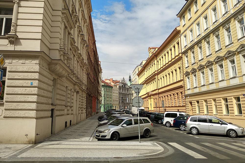 Гулять по таким улицам — сплошное удовольствие, чем-то они напоминают Невский проспект в Питере