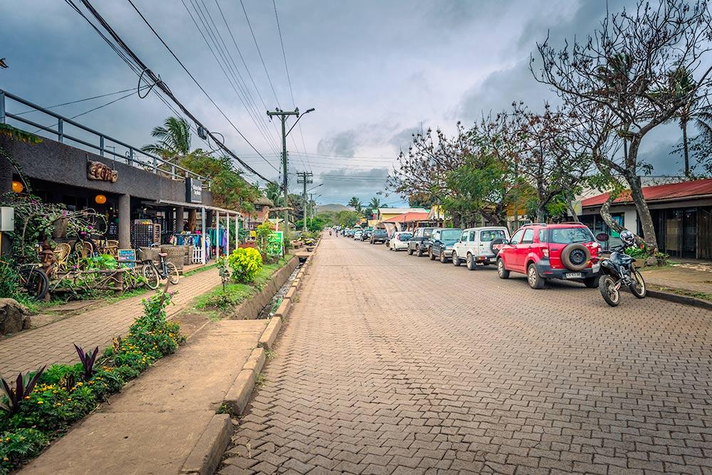Вот так выглядит типичная столичная улица на острове Пасхи. Фото: RPBaiao / Shutterstock