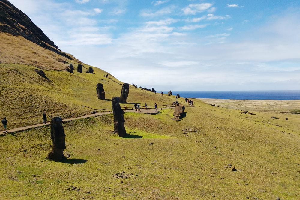 Так выглядит каменоломня Рано-Рараку. Статуи изготавливали излегких базальтовых пород