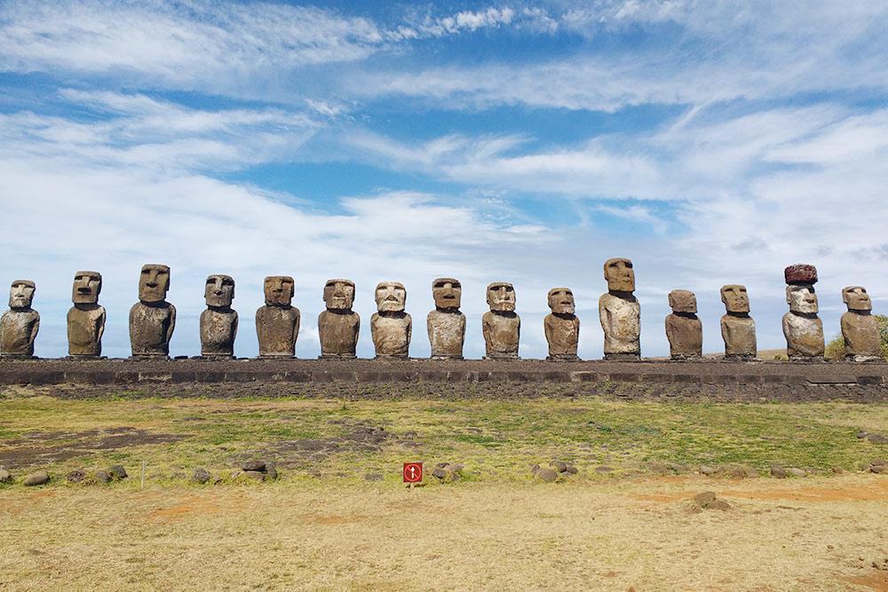 Аху Тонгарики— знаменитый монумент из15моаи, расположенных спиной кокеану
