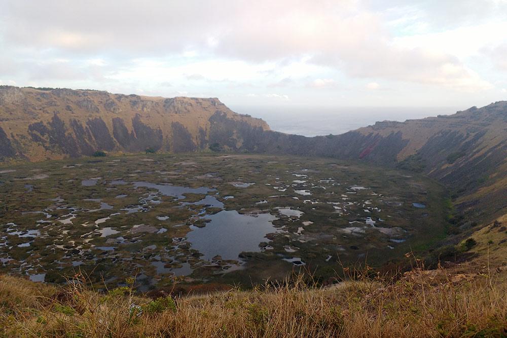 Вид нагигантский кратер вулкана Рано-Кау