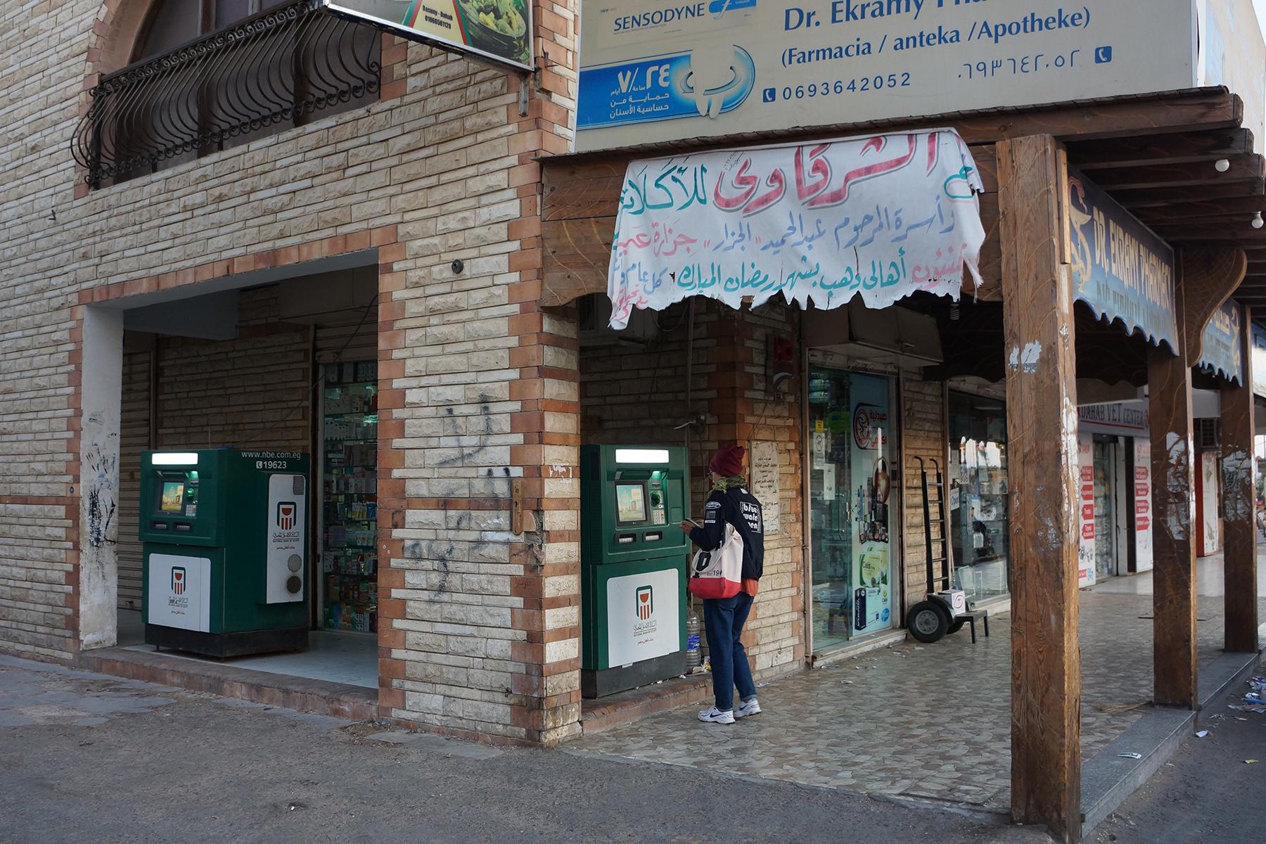 Банкоматы есть на рынке Асала. Интерфейс на английском