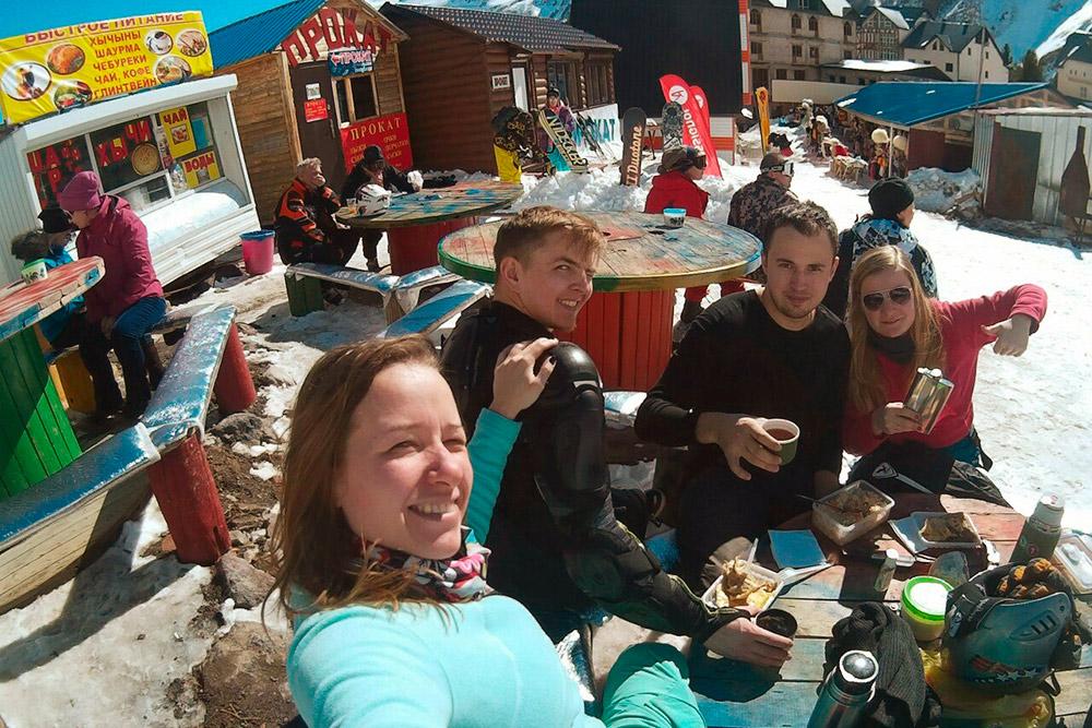 Наша компания в обеденный перерыв за столиком на поляне Азау
