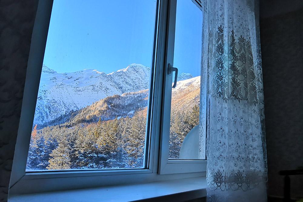 Вид из спальни в нашей квартире. Каждый день мы любовались рассветом и закатом в горах