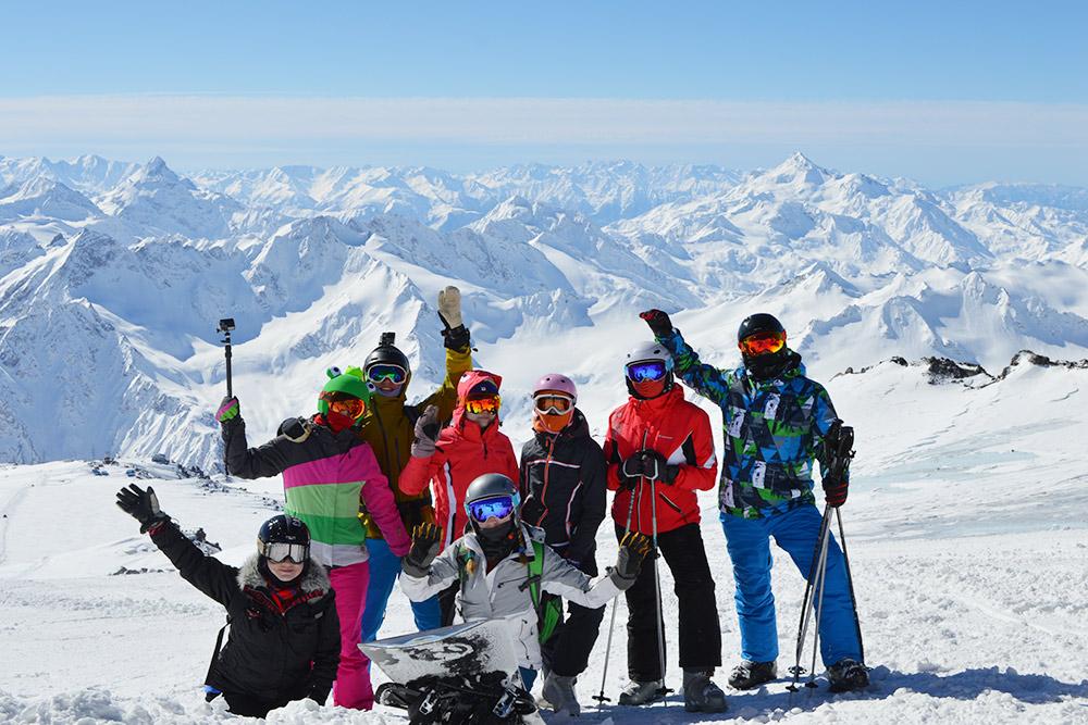 Вид на горы с Эльбруса, с высоты около 4000 м. В ясную погоду обзор восхитительный
