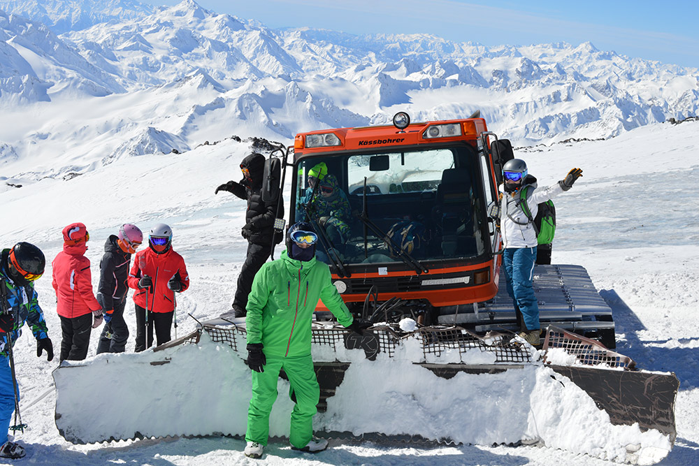 За ратраком видны голубые льды Эльбруса