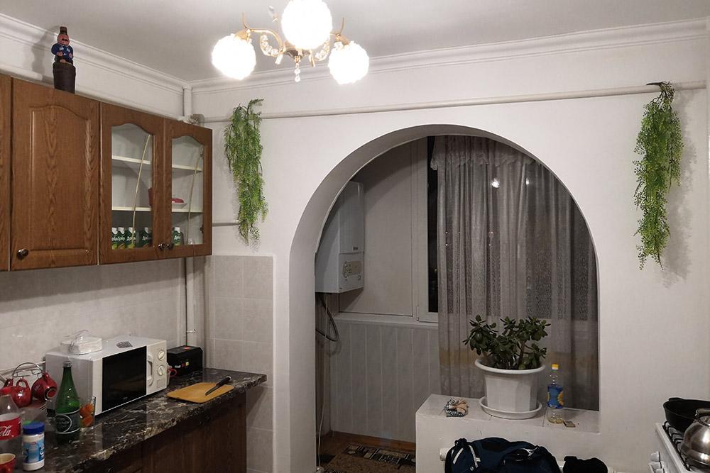 Кухню в съемной квартире объединили с балконом