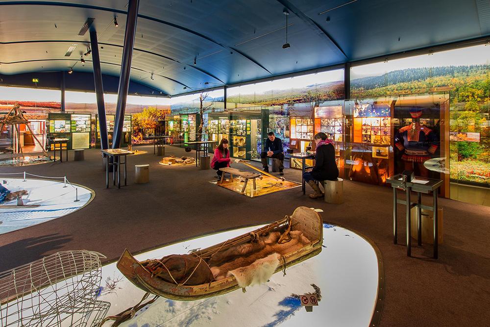 В центре саамов представлены лодки, одежда и предметы быта. Источник: Inarisaariselka