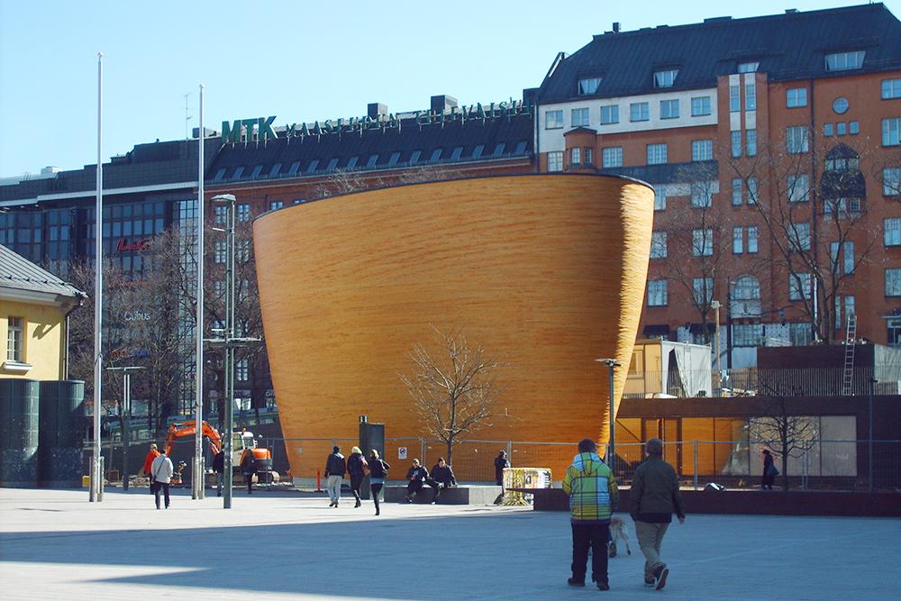 Часовня тишины Камппи на одноименной площади — футуристическое сооружение из дерева, похожее на яйцо, без привязки к конкретной религии. Вход бесплатный
