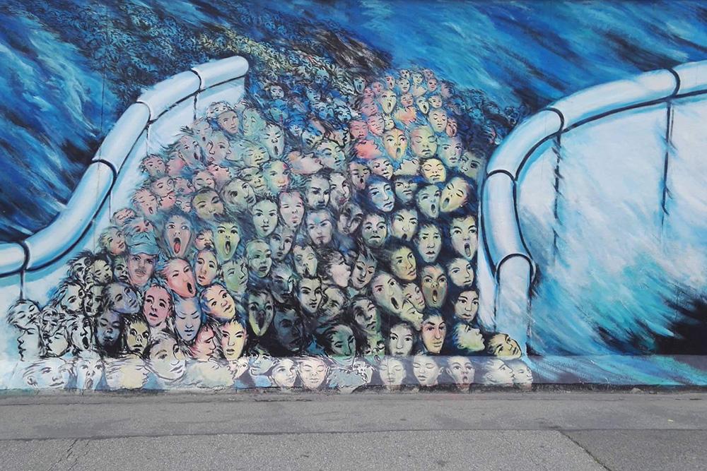 Одно из многочисленных граффити на сохранившемся участке Берлинской стены