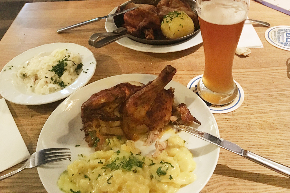 Летом во всех пивных садах в Мюнхене продается курица гриль — мое любимое блюдо. В меню ресторанов она есть не всегда, надо спрашивать у официанта. Порция стоит 10€ (700 рублей)