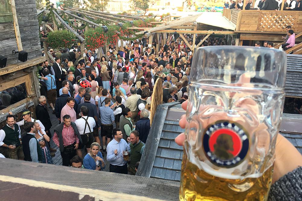 В Мюнхене пиво пьют литрами, а литровые кружки называют «мас»