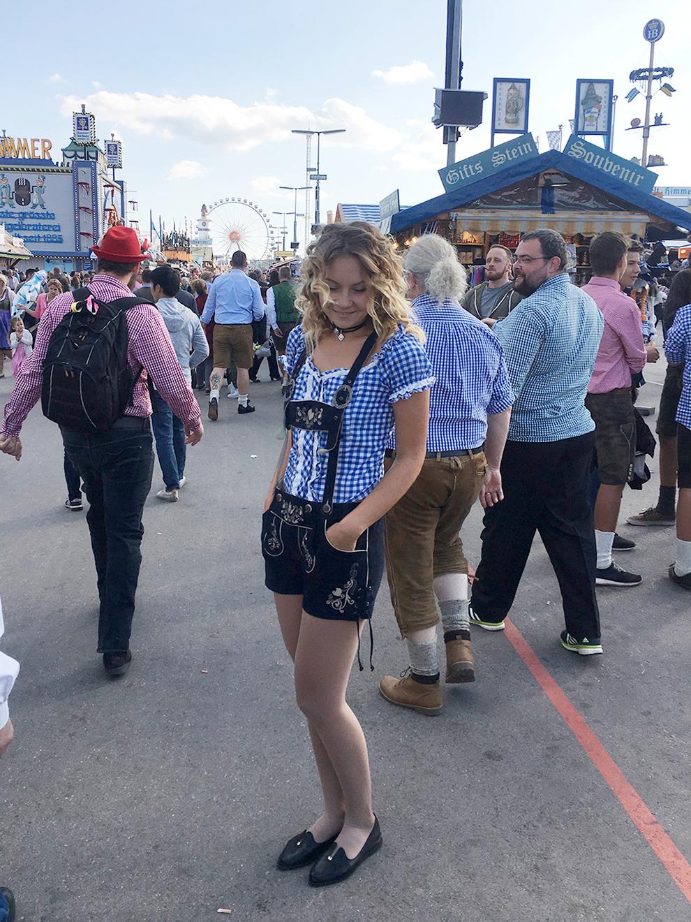 Основная одежда девушек во время Октоберфеста — платья дирндль, но я купила шорты: они стоили дешевле и не занимали много места в чемодане