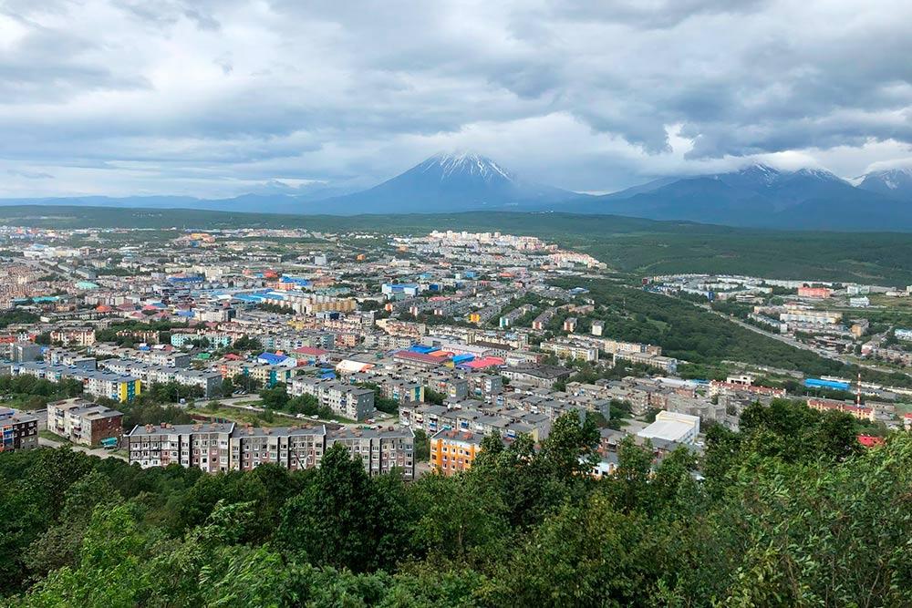 Авачинский, Корякский и Козельский вулканы расположены в нескольких десятках километров от Петропавловска-Камчатского. Их видно почти из любой точки города, поэтому местные нежно называют их «домашними»