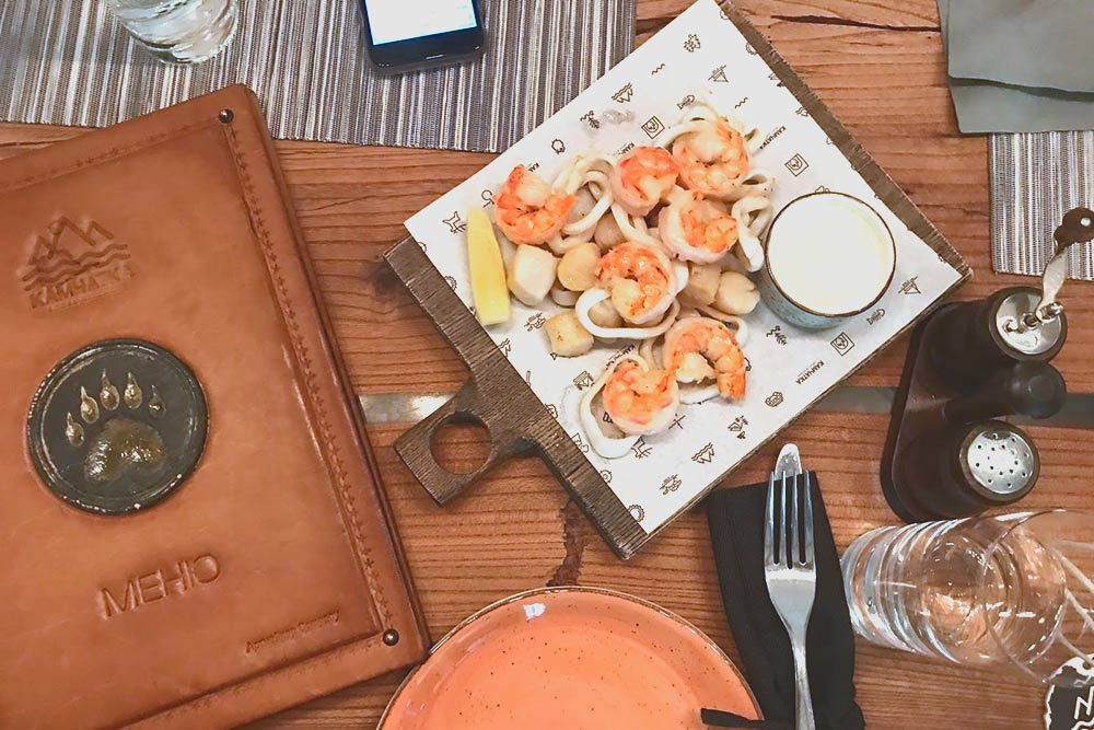Ресторан «Камчатка» колоритен, в меню — местные морепродукты и мясо. Источник: Арина Дроздович