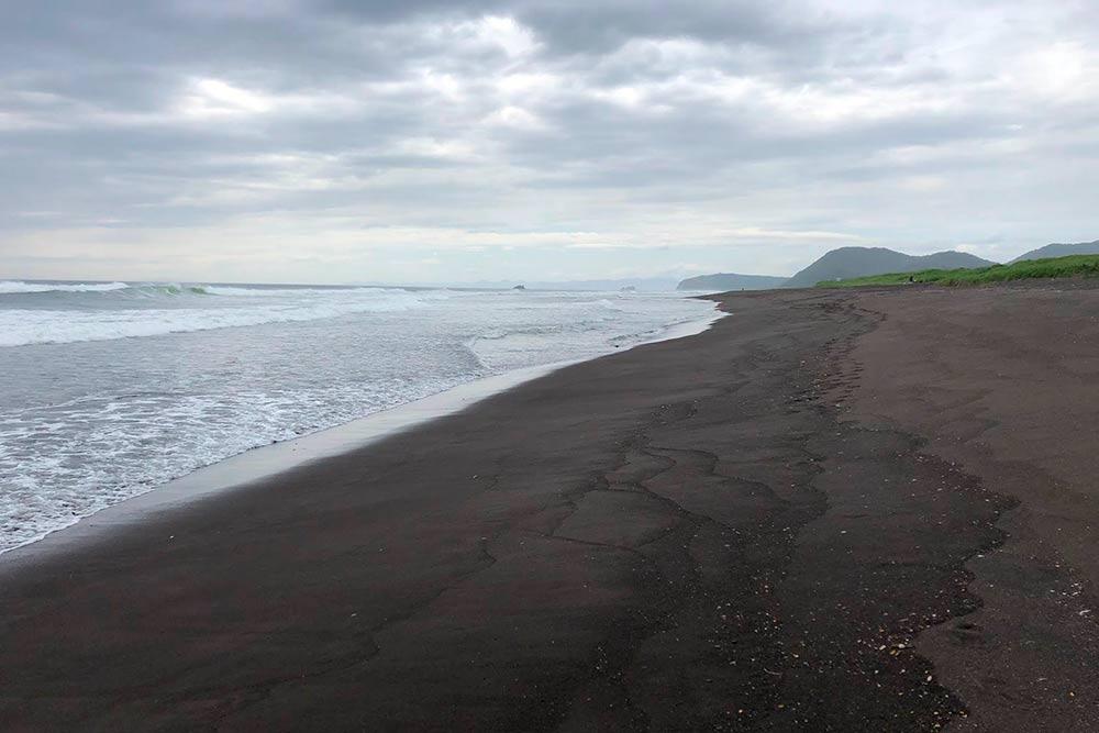 Песок на Халактырском пляже вулканический и легко магнитится