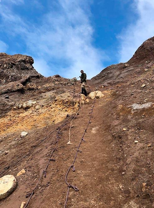 К вершине Мутновского поднимаются с помощью веревки — так проще