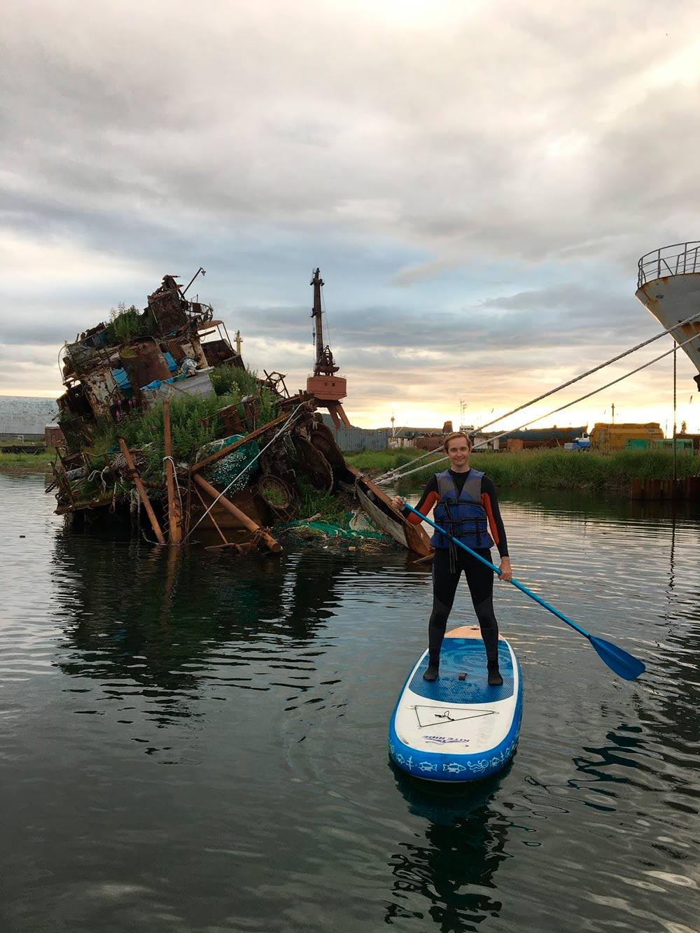 Сап в бухте среди полузатонувших или ремонтируемых кораблей на закате — отличное завершение долгого дня