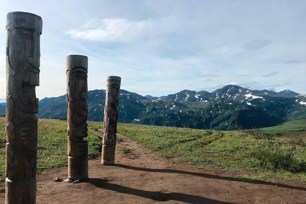 Вилючинский перевал на пути к вулканам Горелый и Мутновский. Столбы изображают духов — обитателей вулканов. Выглядят древними, но это новодел