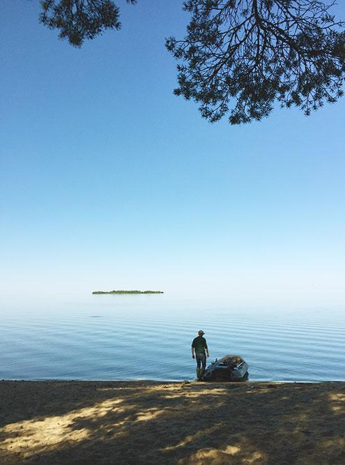 Иногда граница озера сливается с небом