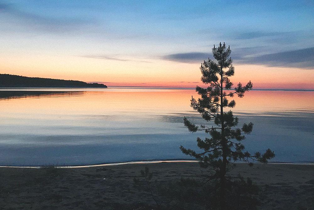Закат на Онежском озере. Оно считается одним из самых холодных в республике — даже в жару в нем бывает холодно купаться
