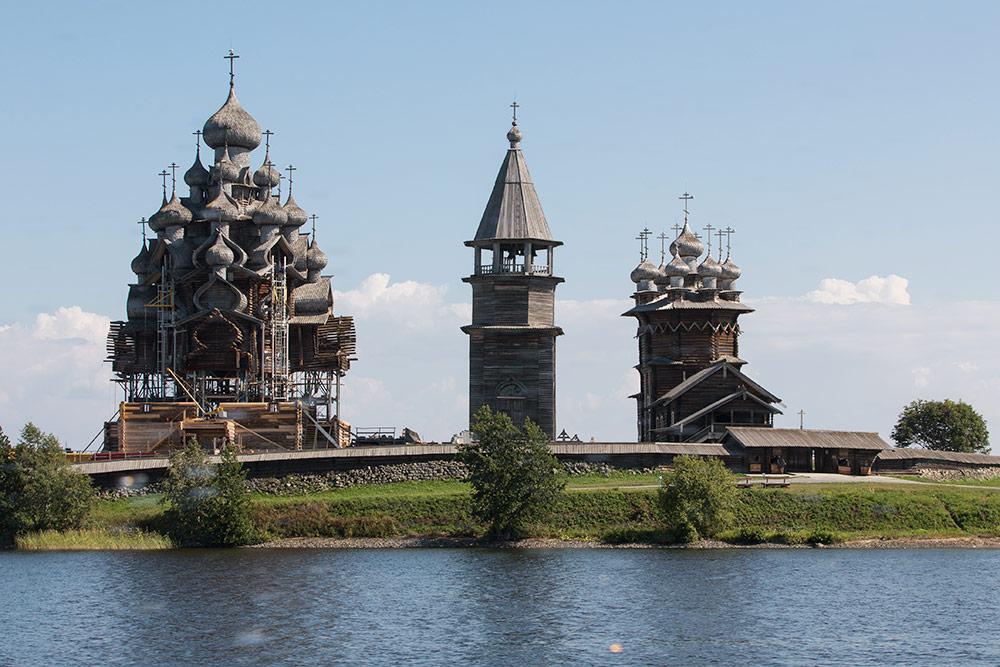 Когда нижние срубы храма реставрировали, казалось, что он парит в воздухе