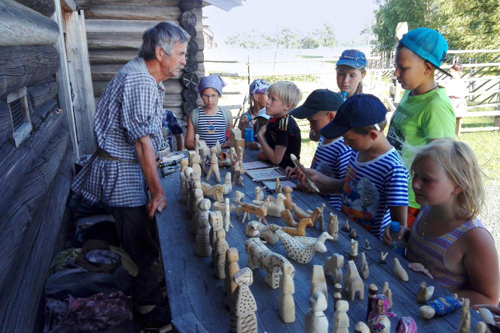 Мастер рассказывает детям, как в старину изготавливали деревянные игрушки