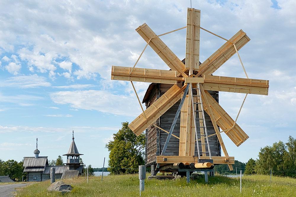 Ветряную мельницу привезли на Кижи из деревни Волкостров. На основной экспозиции также представлена водяная мельница