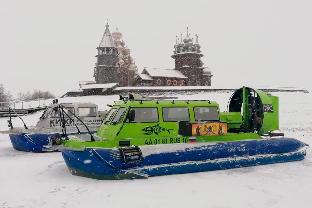 10-местный катер практически летит надземлей, скользя по льду