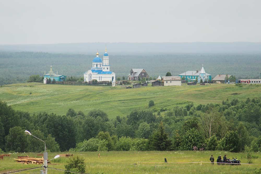 Вид на село Ыб из этнопарка. Здание с синей крышей — Серафимовский женский монастырь