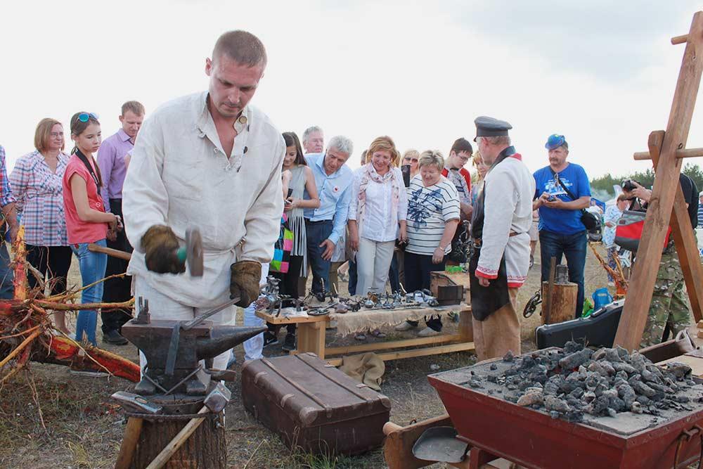 Главный плюс фестиваля в том, что за работой кузнецов может в деталях наблюдать любой желающий: печи и наковальни расположены в поле под открытым небом