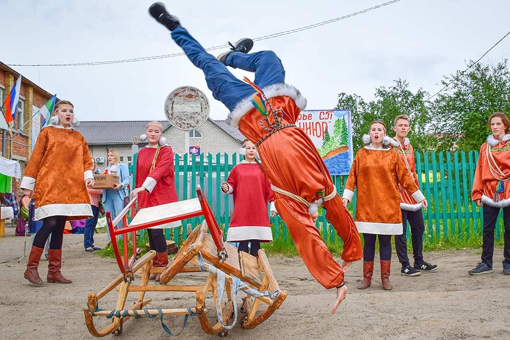 На празднике выступают творческие коллективы. Этот номер посвящен национальному виду спорта — прыжкам через нарты. Источник: Павел Канев
