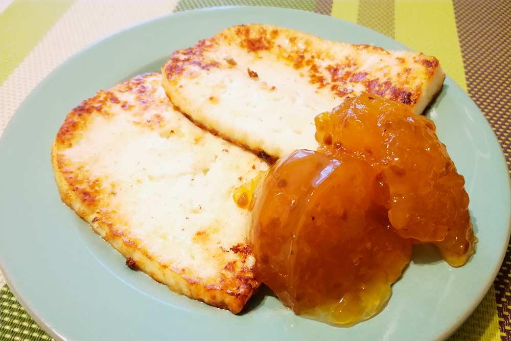 Домашний жареный сыр с морошковым вареньем — финский десерт. Но в Коми его тоже любят. Попробовать такое блюдо можно в ресторане «Жакоv». Порция стоит 380<span class=ruble>Р</span>. На фото — домашний вариант, приготовленный моей знакомой