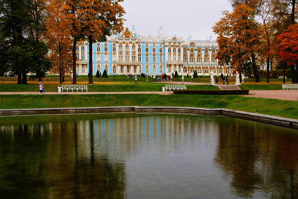 Дворец достался Екатерине Второй от императрицы Елизаветы. Екатерине не нравился пышный стиль архитектора Растрелли, но она не стала перестраивать дворец, а занялась переделкой парка