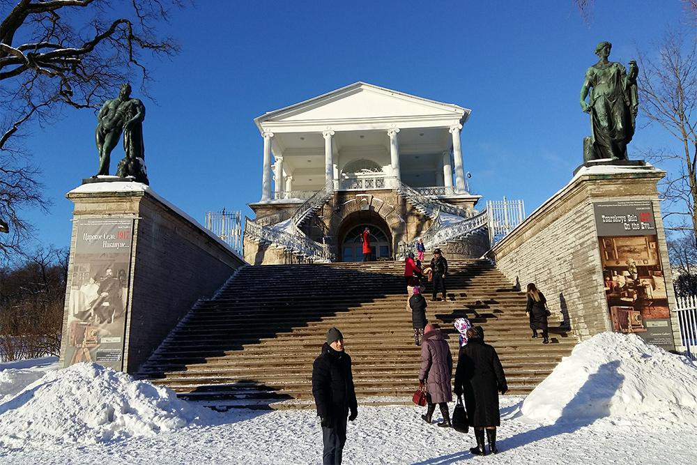 На Камероновой галерее слева стоит Геркулес, справа — Флора. Раньше к статуям можно было подойти сзади. Теперь все закрыто решетками