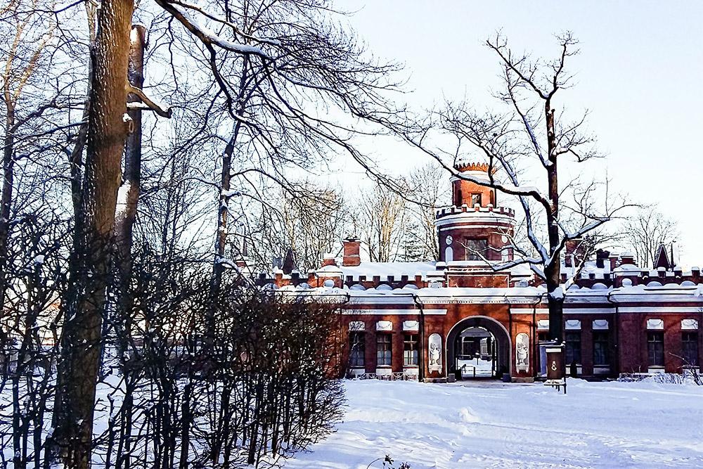 Через арку Эрмитажной кухни входят в парк, а в самом здании расположен ресторан