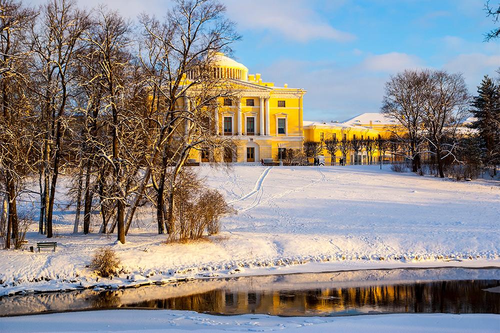 Вид на Павловский дворец. Зимой натыкался там на велосипедистов — руководство парка позволяет заниматься спортом круглый год