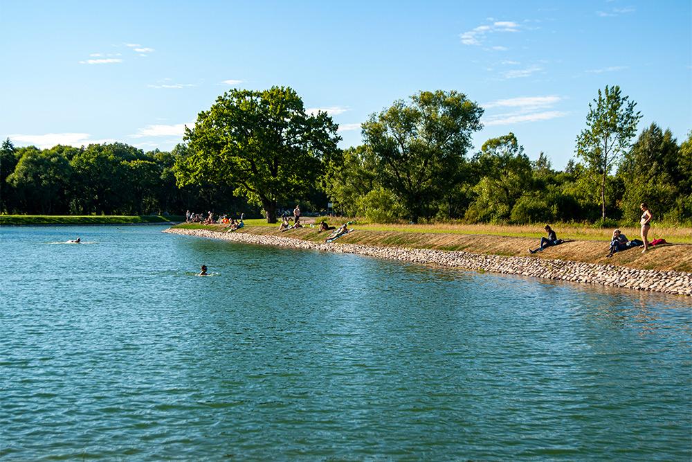 Петергофцы закаленные — купаются даже в прохладной воде