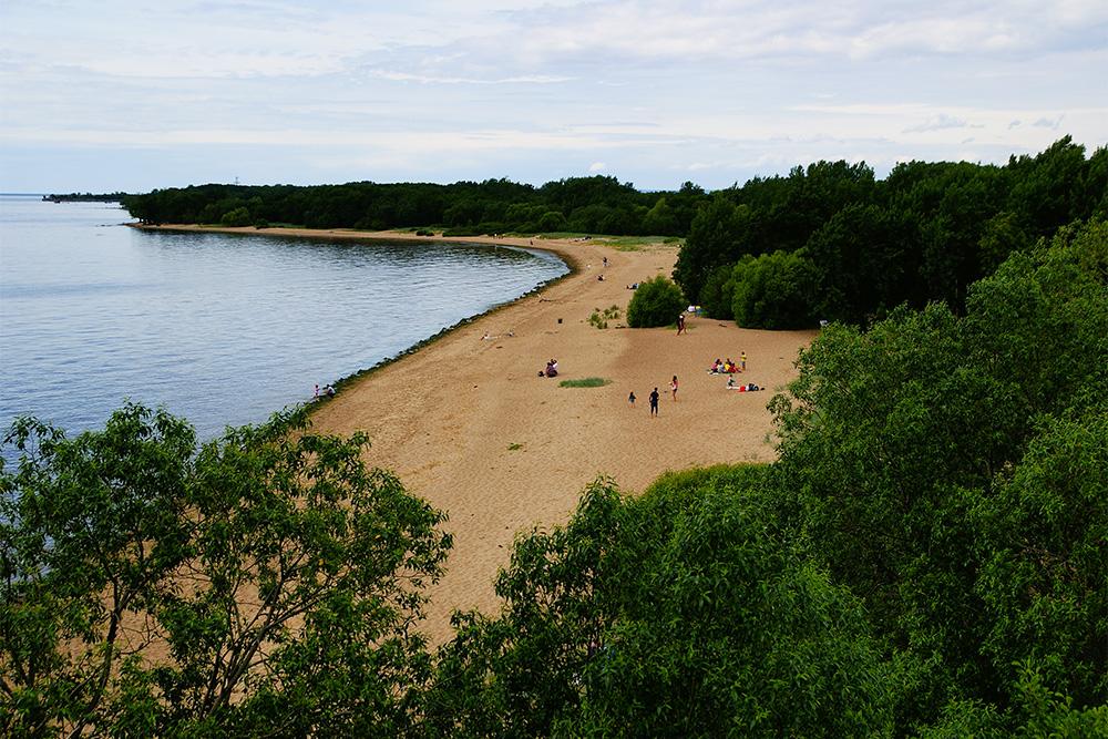 С наблюдательной вышки открывается вид на пляж. Здорово, что установили такую вышку: можно увидеть форты Шанц и Риф и почти весь южный берег
