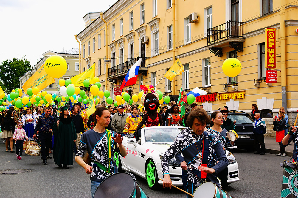 Парад в Пушкине обязательно проходит по Оранжерейной улице