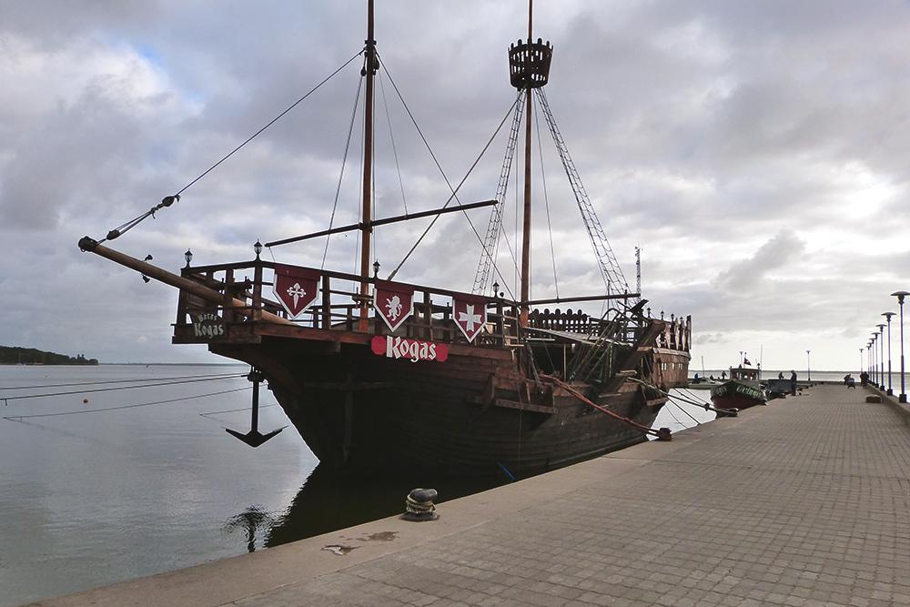 На набережной Юодкранте есть точная копия корабля 15 века, в котором расположился ресторан