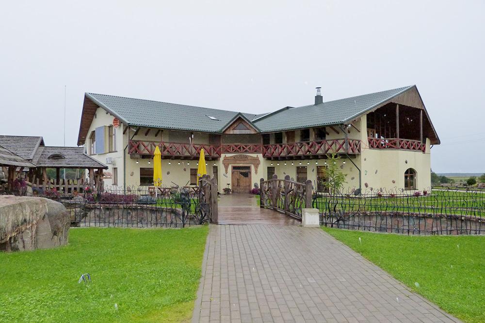 Здание кафе Viliosiai выглядит вполне стандартно для Европы, зато на прилегающей территории хочется задержаться подольше