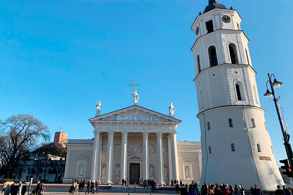 Собор святых Станислава и Владислава неоднократно страдал от пожаров и реконструировался в разных архитектурных стилях