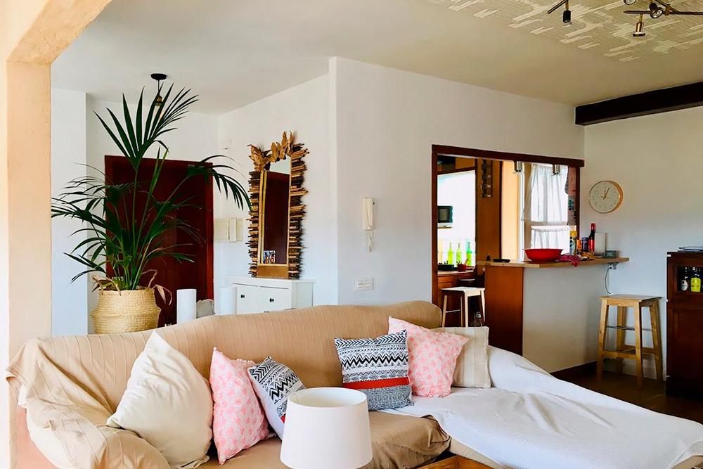Очень просторная и душная гостиная, если не включать кондиционеры. Мы заметили их только натретий день. Источник: Airbnb