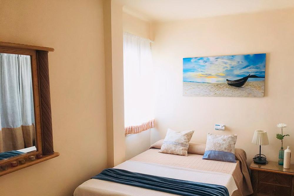 В комнате нет кондиционера, а из окна дует жаркий воздух. Зато красиво. Источник: Airbnb