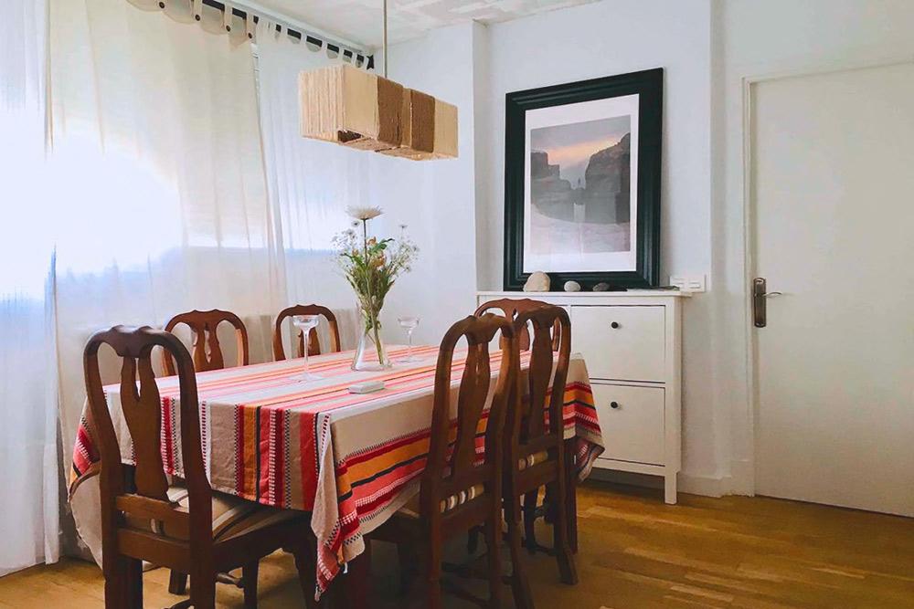 Самое комфортное место в квартире: над обеденным столом есть кондиционер. Источник: Airbnb