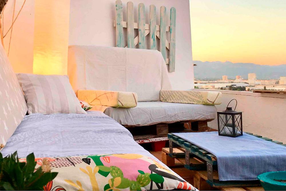 Терраса, на которой мы проводили вечера: пили вино, ужинали и наслаждались закатами. Источник: Airbnb
