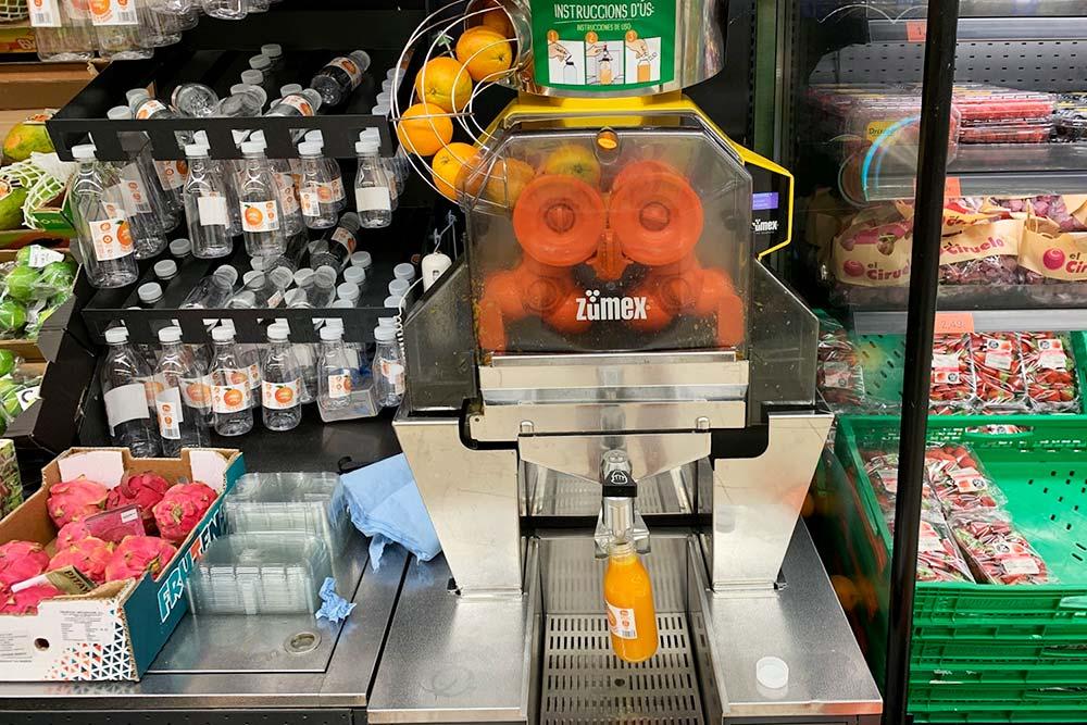 Такие автоматы стоят в супермаркетах Mercadona и делают свежевыжатый сок